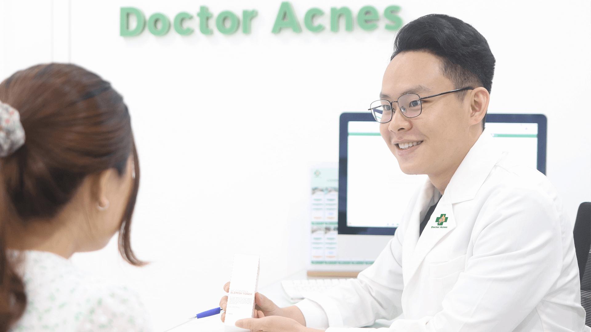 Bác sĩ đang khám da cho khách hàng - Doctor Acnes